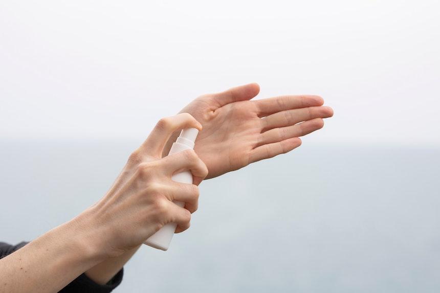 come disinfettarsi le mani con un disinfettante
