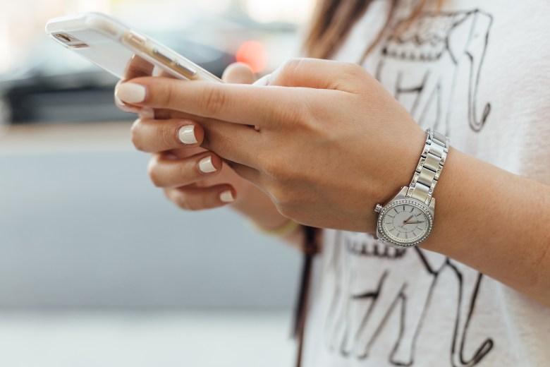 disinfettare lo smartphone con gel mani