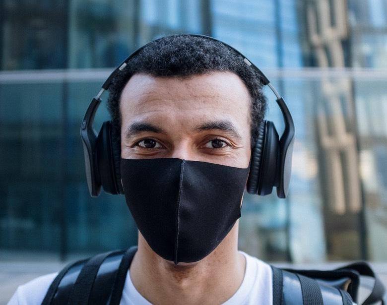persona che indossa una mascherina coronavirus lavabile in tessuto