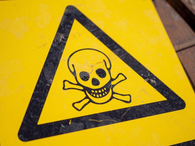 simbolo di pericolo per tossicità candeggina sulle mascherine