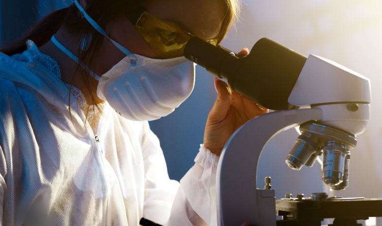 Ricercatrice con mascherina da laboratorio