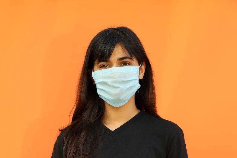 donna con una delle mascherine piu sicure