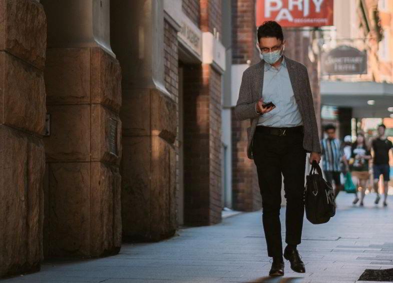 uomo che indossa la mascherina all'aperto