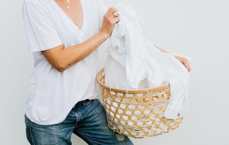 cesto di bucato bianco da lavare con le mascherine